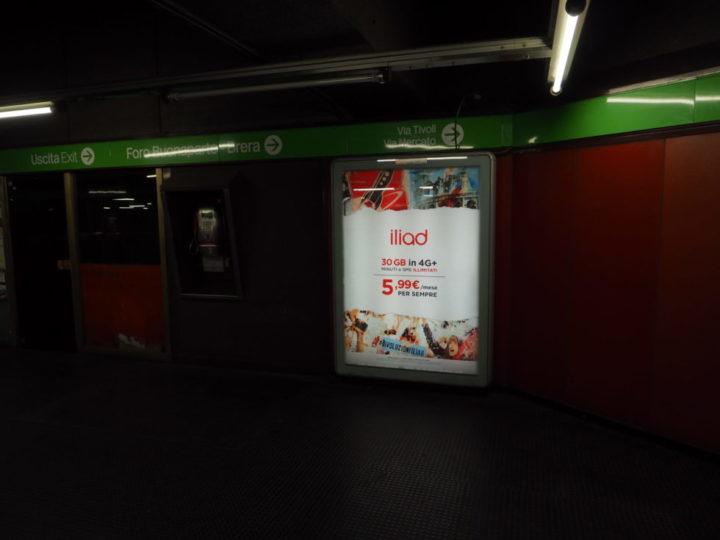 Totem multimediale Iliad metrò Milano